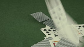 Spielkarten, die auf grüne Tabelle fallen stock footage