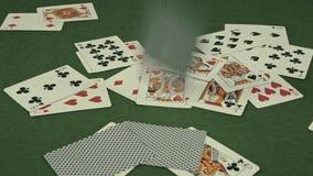 Spielkarten, die auf grüne Tabelle fallen stock video