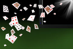 Spielkarten, die am Laptop fliegen on-line-Kartenspielkonzept Lizenzfreie Stockbilder