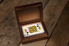 Spielkarten in einem Darstellungskasten Stockfotografie