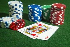 Spielkarten Herz-Würfel-Pokerchips Lizenzfreie Stockfotos