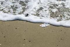 Spielkarten im Strand lizenzfreie stockfotos