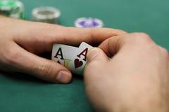 Spielkarten und bricht innen Hände ab lizenzfreie stockfotos