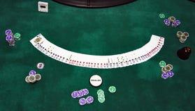 Spielkarten und Chips auf einer Tabelle Stockfotos