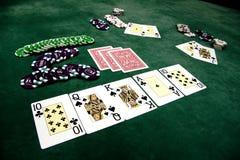 Spielkarten und Chips auf einer Tabelle lizenzfreie stockfotografie
