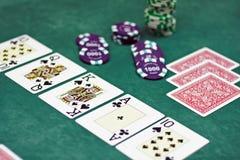 Spielkarten und Chips auf einer Tabelle lizenzfreie stockbilder