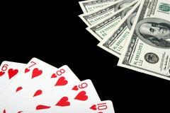 Spielkarten und Geld auf schwarzem Hintergrund Lizenzfreies Stockfoto