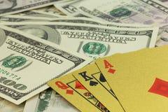 Spielkarten und Hundertdollar-Rechnungsnahaufnahme Lizenzfreies Stockfoto