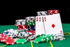 Spielkarten und Kasinopokerchips auf grünem Schreibtisch lizenzfreie stockfotos