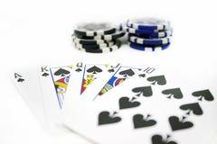Spielkarten und Poker Chips Isolated auf weißem Hintergrund Lizenzfreies Stockbild