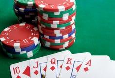 Spielkarten und spielende Chips lizenzfreie stockbilder