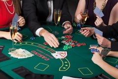 Spielkarten und trinkender Champagner Lizenzfreies Stockfoto