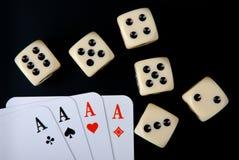 Spielkarten und würfelt auf schwarzem Hintergrund Stockfotografie