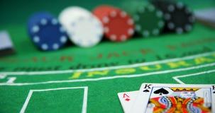 Spielkarten, würfelt und Kasinochips auf Poker verlegen 4k stock footage