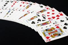 Spielkartepokerkasino Lokalisiert auf schwarzem Pokertabellenhintergrund stockbild