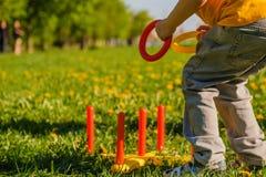 Spielkinderjungen-Spa?gras throw lizenzfreie stockfotografie
