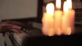Spielklavier weibliche Hände, die das Klavier des Kerzenlichtes spielen Finger auf dem Klavier stock video footage