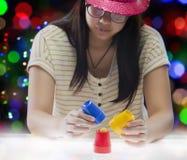 Spielmagie des jungen Mädchens lizenzfreie stockfotografie