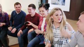 Spielpartei der erwachsenen Gruppe erwachsener Freunde stock video