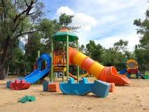 Spielplatz am allgemeinen Park lizenzfreies stockfoto
