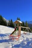 Spielplatz bedeckt im Schnee während des Winters in Österreich Lizenzfreie Stockbilder