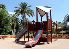 Spielplatz in einem tropischen Park Stockbild