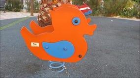 Spielplatz-Ente auf schwerem Frühling stock video footage