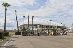 Spielplatz im Sochi-Olympiapark gegen einen Hintergrund das Olympiastadion Fischt Stockfotografie