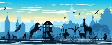 Spielplatz mit Kindern und verschiedenen Tieren Stockbild