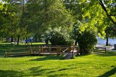 Spielplatz nahe dem See stockbild