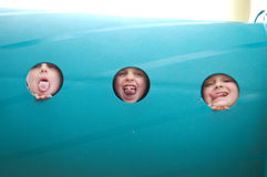 Spielplatz-Rohr-Porträt von drei Kleinkindern Lizenzfreies Stockfoto