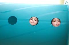 Spielplatz-Rohr-Porträt von zwei jungen Mädchen Stockbild
