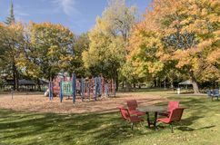 Spielplatz und Bäume im blauen See parken Oregon Stockbilder