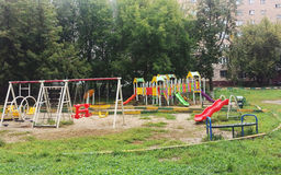 Spielplatz und Schwingen im bunten Park Stockbild
