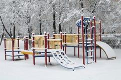 Spielplatz unter Schnee Stockfoto