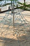 Spielplatzaufstiegs-Seilspielzeug mit auf einem stockbild