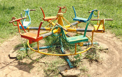 Spielplatzgeräte Das Karussell Im Park Stockbild Bild Von Boden