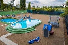 Spielplatzsommer mit Pool Stockbilder