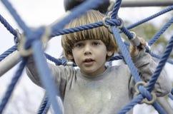 Spielplatzspaß mit Seilen Stockbild