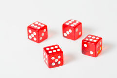 Spielrot würfelt lokalisiertes Weiß mit maximalem Ergebnis Lizenzfreie Stockfotografie