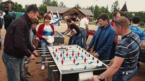 Spiels drei amerikanischer Tabellenfußball des erwachsenen Männer absorbedly Sommerfestival sonnig stock footage