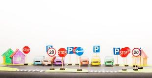 Spielsatz Verkehrsschilder und Papierautomodelle Stockfotos