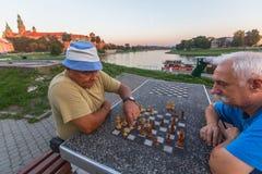 Spielschach der älteren Männer auf dem Damm von der Weichsel Lizenzfreies Stockbild