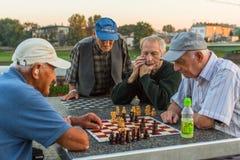 Spielschach der älteren Männer auf dem Damm von der Weichsel Stockbild