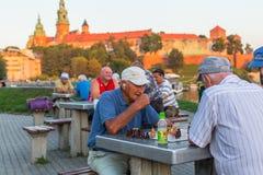 Spielschach der älteren Männer auf dem Damm von der Weichsel Lizenzfreies Stockfoto