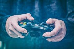 Spielspiel-Spielvideo auf Fernsehen oder Monitor Gamerkonzept lizenzfreie stockbilder