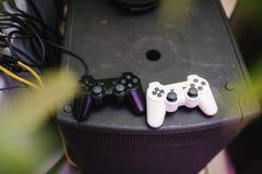 Spielsteuerknüppel der weißen und schwarzen Farblüge auf dem Spielkonsolenabschluß oben stockfotografie