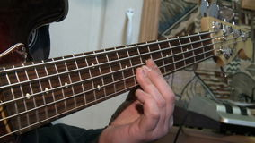 Spielt Bass-Gitarre stock video footage