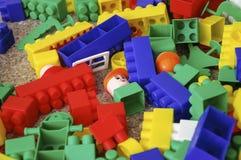 Spielt die Sammlung, die auf weißem Hintergrund lokalisiert wird Multi farbiger Plastikerbauer mit Blöcken für errichtende Häuser Lizenzfreie Stockfotografie