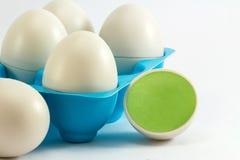 Spielt Eierablagen, Eiblau Die kleinen Vögel in den Eiern Lizenzfreies Stockfoto